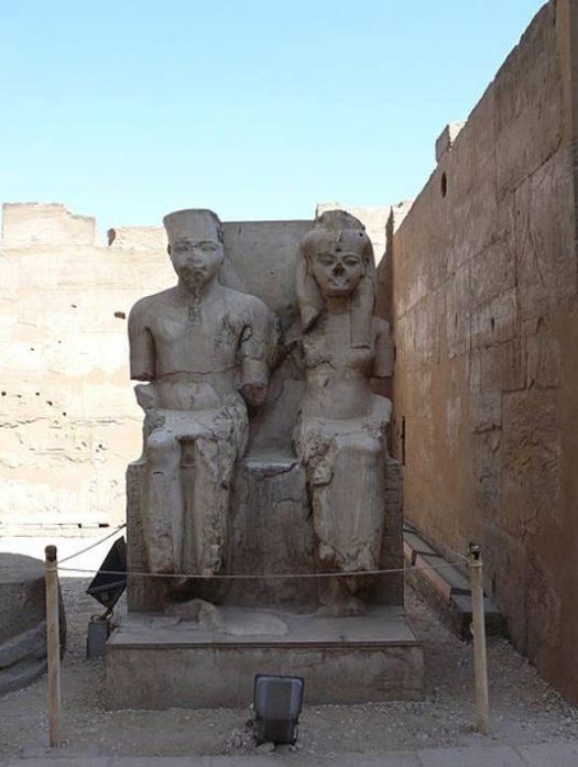 Estatuas de un joven Tutankamón y su consorte Ankenesamón en el exterior del templo de Luxor, Luxor, Egipto. (Ad Meskens/CC BY SA 3.0)