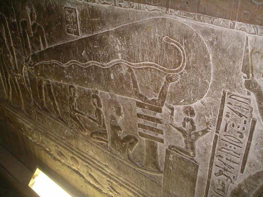 """La conocida como """"lámpara de Dendera"""", relieve en piedra de una de las criptas del templo de Hathor en Dendera, Egipto. (CC BY 2.5) ¿Podrían los antiguos egipcios haber dispuesto de electricidad y de herramientas eléctricas para perforar y cortar el granito?"""
