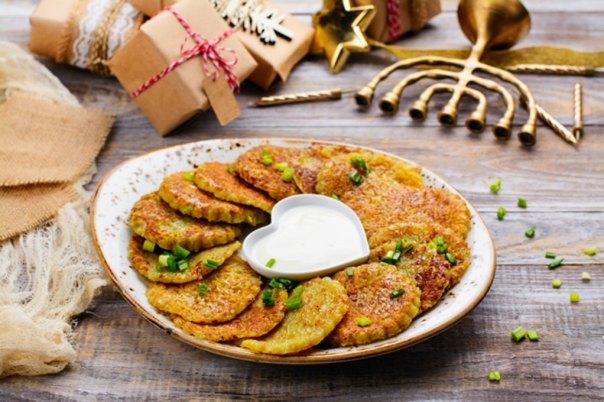 Plato de latkes, receta tradicional de la Hanukkah (happy lark/Fotolia)
