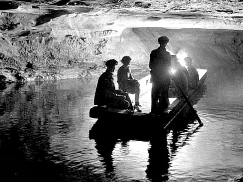 Interior de una de las muchas cavernas del Parque Nacional estadounidense de Mammoth Cave a principios del siglo XX. (Public Domain)