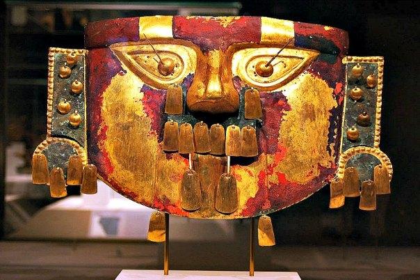 Máscara funeraria de la cultura lambayeque o Sicán hallada en Batán Grande. Museo de Sicán, Perú. (Sican123/CC BY-SA 4.0)