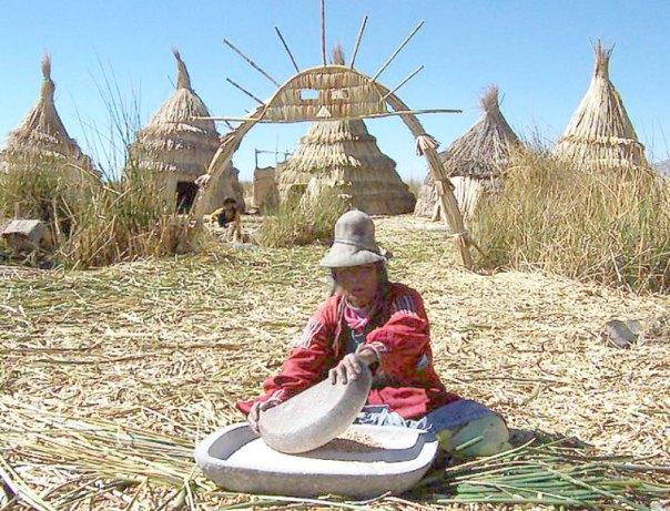 Mujer uru moliendo maíz sobre una isla flotante de totora. (Fedekuki/CC BY-SA 3.0)