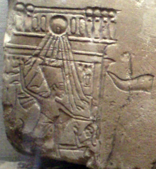Nefertiti representada en una de las habituales escenas en las que un faraón (Nefertiti en este caso) golpea a los enemigos de Egipto. (CC BY-SA 3.0)
