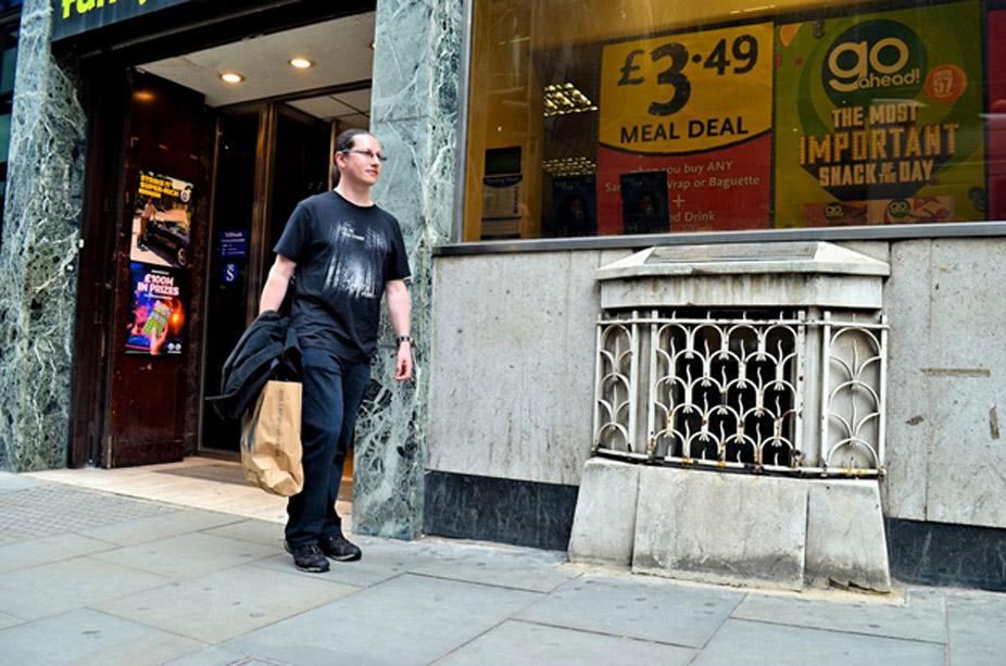 La Piedra de Londres permaneció años oculta tras una rejilla de hierro en una concurrida calle de la capital británica. (Fotografía: Debbie Cartwright)