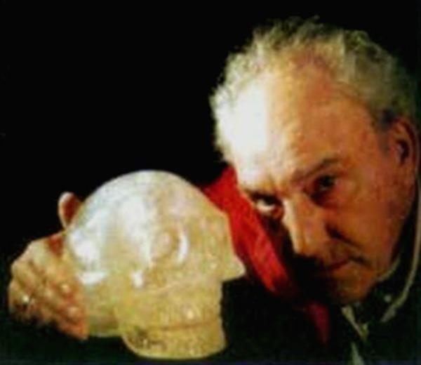 Nick Nocerino con la calavera SHA-NA-RA, encontrada en México en 1995. (Fotografía: Captura de Pantalla Youtube)