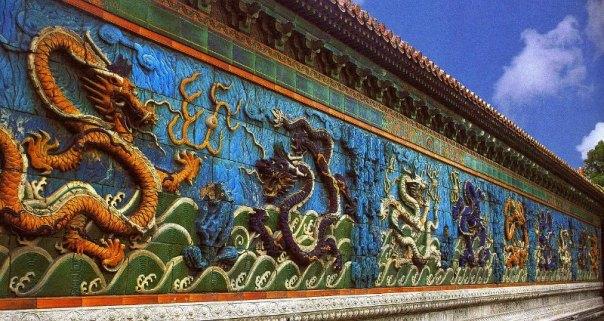 El muro de los Nueve Dragones Sagrados en el Palacio de la Longevidad Tranquila de la Ciudad Prohibida de Pekín, China. (Public Domain)