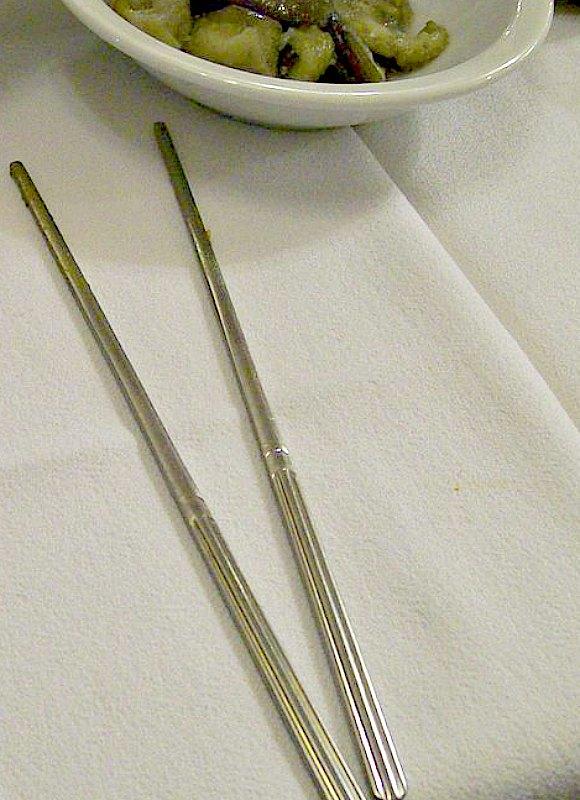 Los palillos más antiguos descubiertos eran de metal y pertenecieron a la dinastía Shang china. En la imagen, palillos metálicos coreanos. (Public Domain)