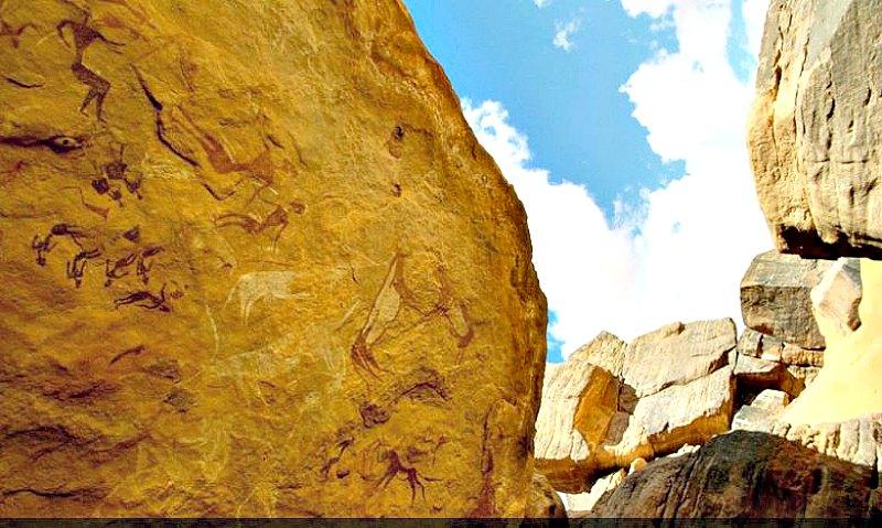 Un claro ejemplo de las típicas pinturas y grabados rupestres del área de Karkur Talh. (Fotografía: La Gran Época/TARA)