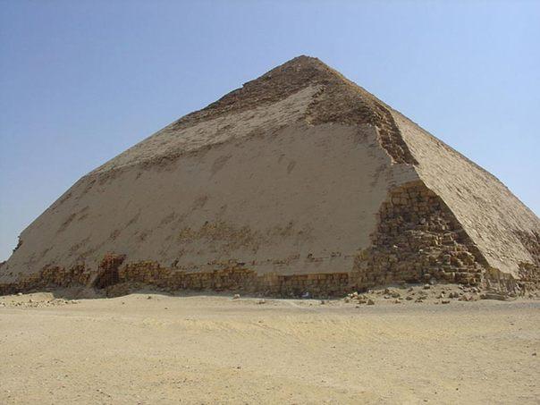 Pirámide Acodada de Seneferu ubicada en Dahshur, Egipto. (Ivrienen/ CC BY 3.0)