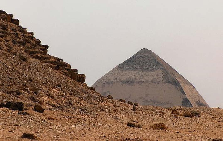 Panorámica de la Pirámide Acodada desde la base de la Pirámide Roja. Dahshur, Egipto (Looklex Egypt)