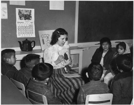 Profesora se sirve de ilustraciones para enseñar inglés a unos escolares navajos. (Archivos Nacionales de Estados Unidos/Dominio público)
