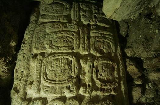 La Señora Ikoom, Reina Serpiente maya, tal y como aparece en la Estela 44. (Fotografía: Francico Castañeda; cortesía del Proyecto Arqueológico El Perú-Waka´y PACUNAM)