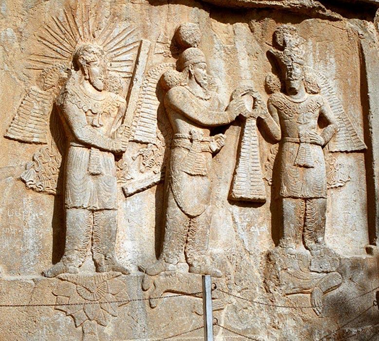 Mitra (izquierda) en un relieve de investidura del siglo IV d. C., Taq-e Bostan, Irán Occidental. (CC BY 2.5)