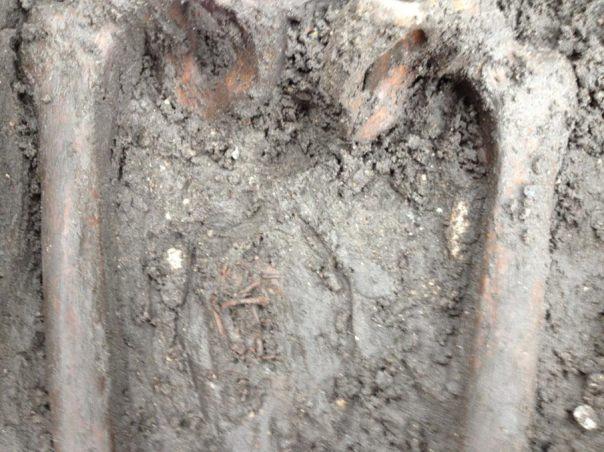 Se encontraron los restos de un feto entre los muslos del esqueleto de una mujer. (Cerpen Horor)