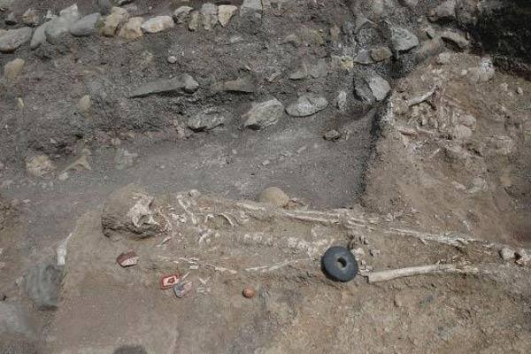 Restos óseos hallados en el yacimiento arqueológico de Montegrande. (elcomercio/Perú Folklórico)