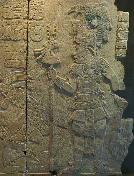 """Rey y cautivo de Toniná (el rey probablemente sea K'inich Kan Balam II). Escultura del templo XVII de Palenque, Chiapas, México. Museo de sitio de Palenque """"Alberto Ruz L'Huillier"""". (CC BY SA 2.0) Los mayas veneraban a sus reyes divinos después de la muerte."""