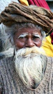 Nepal es uno de los países en los que se asegura que viven hombres y mujeres centenarios. En la imagen, anciano sadhu nepalí con barba blanca. (Wen-Yan King/CC BY-SA 2.0)