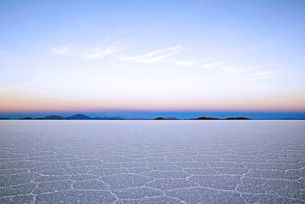El salar de Uyuni forma parte del Altiplano boliviano en Sudamérica. El Altiplano es una alta meseta que se formó durante la elevación de la cordillera de los Andes. La meseta alberga lagos de agua dulce y salada, así como salinas. (Dimitry B./CC BY 2.0)