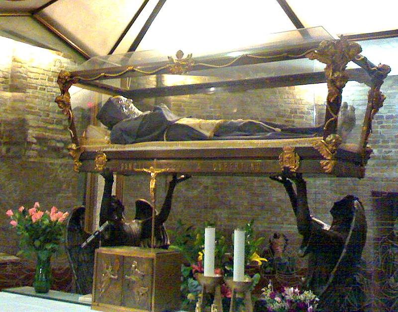 Cuerpo de San José de Cupertino en la cripta de la basílica que lleva su nombre, Osimo, Italia. (Valentini17/Public Domain)