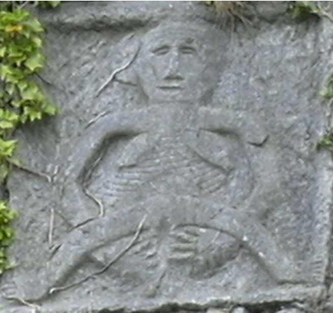 Primer plano de una Sheela na Gig tallada sobre los muros del Castillo Donamon, Irlanda (CC by SA)