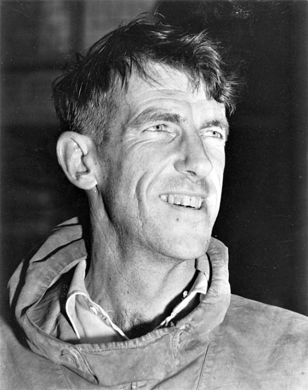 Sir Edmund Hillary, primer hombre en escalar el Everest, investigó posibles evidencias físicas de la existencia del Yeti. (Public Domain)