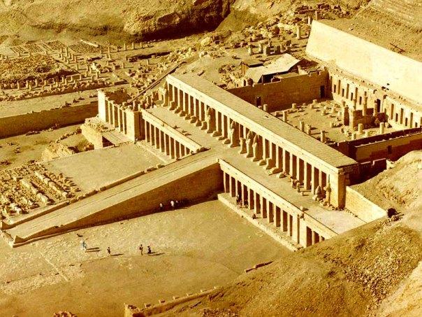 La tumba de Ipi está situada en la famosa colina de Deir el Bahari, donde se hallan numerosos enterramientos y templos de gran importancia, como el Templo de Hatshepsut que aparece en la fotografía. (Public Domain)