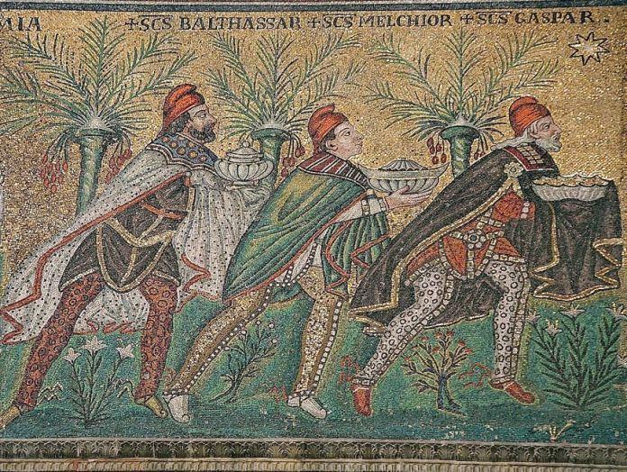 Adoración de los Reyes Magos, mosaico bizantino del 526 d. C., Basílica de Sant'Apollinare Nuovo, Rávena, Italia (restaurado en el siglo XVIII). En el arte bizantino generalmente se representa a los Reyes Magos con ropas persas, lo que incluye pantalones, capas y gorros frigios. (CC BY-SA 2.5)