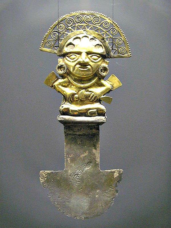 Tumi, cuchillo ceremonial de la cultura Lambayeque cuyo mango es una representación de Naylamp ataviado con su máscara, con los ojos almendrados y alas en los costados. Naylamp está considerado como el fundador de esta cultura. Museo Etnológico de Berlín, Alemania. (Public Domain)