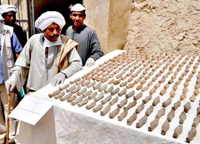Algunas fuentes cifran en torno a los 1.500 los ushebtis recuperados hasta el momento como parte del hallazgo. (Fotografía: ABC)