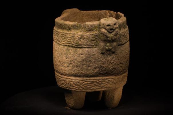 """Vasija de piedra con una figura que """"posiblemente represente a la muerte"""""""