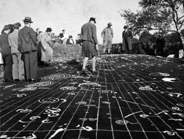 Portada - Piedra de Cochno, Faifley. Algunos investigadores creen que la Piedra de Cochno es un antiguo mapa que revela la ubicación de otros asentamientos del valle del Clyde. Crédito: Comisión Real de los Antiguos e Históricos Monumentos de Escocia