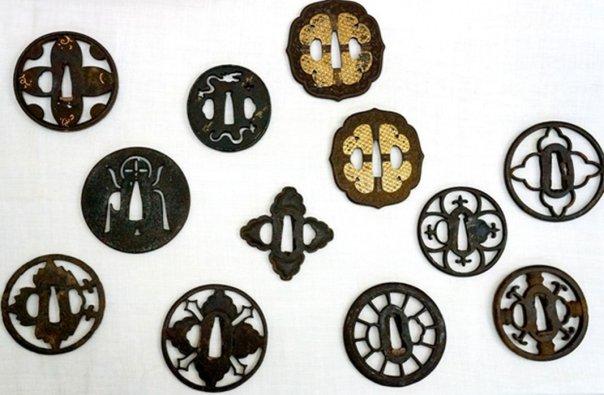 Portada - Algunas de las guardas de espadas samurái forjadas tras la adopción de políticas anticristianas en Japón incluían cruces ocultas en sus diseños. (Fotografía: Nobuyuki Watanabe)