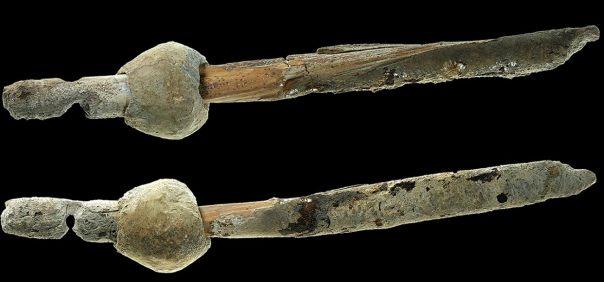 Portada-El objeto de plomo hallado en la cueva de Ashalim (Fotografía: PLOS One)
