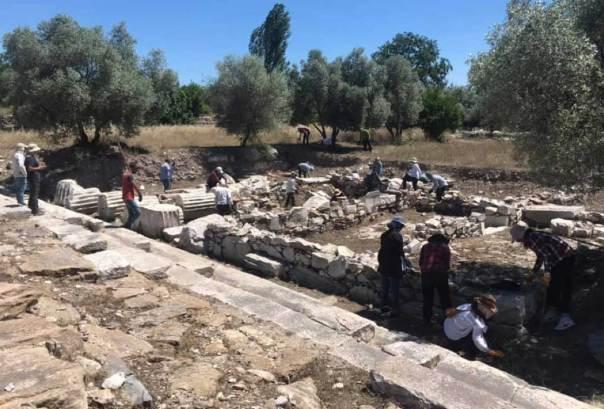 Columnas a lo largo del camino sagrado descubierto. Fuente: Bilal Sogut/ Facebook.