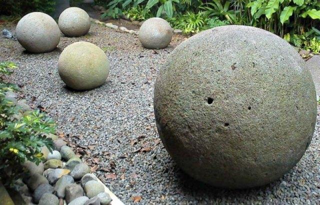 Alineación de esferas en uno de los jardines del Museo Nacional de Costa Rica. (Rodtico21/CC BY-SA 3.0)