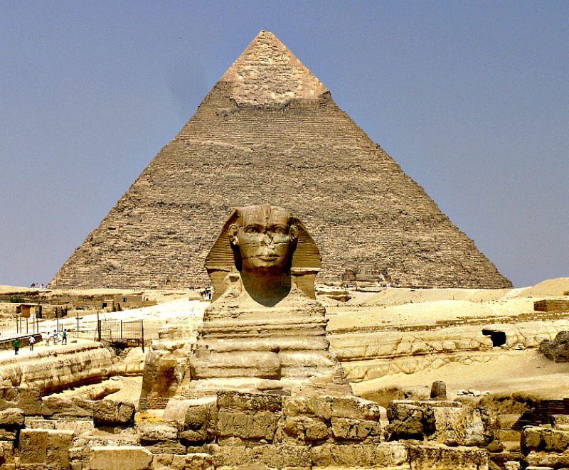 La misteriosa Gran Esfinge junto a los restos de su templo. Detrás, la pirámide de Kefrén. (Wikimedia Commons)