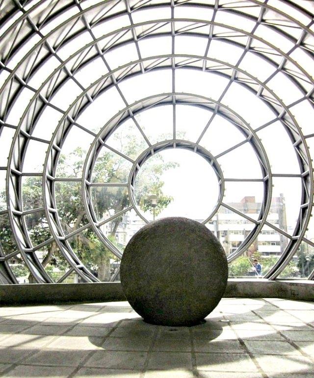 Esfera de piedra precolombina en el interior de otra esfera de vidrio y acero inoxidable ubicada en la entrada del Museo Nacional de Costa Rica, como símbolo permanente de la identidad nacional. (Axxis10/CC BY-SA 3.0)