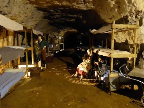 Un dormitorio típico durante la Segunda Guerra Mundial en las cuevas de Chislehurst. (Geograph / CC BY-SA 2.0)