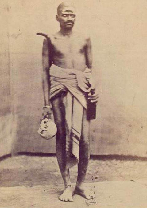 Un Aghori llevando un cráneo y el alcohol.  (circa 1875)
