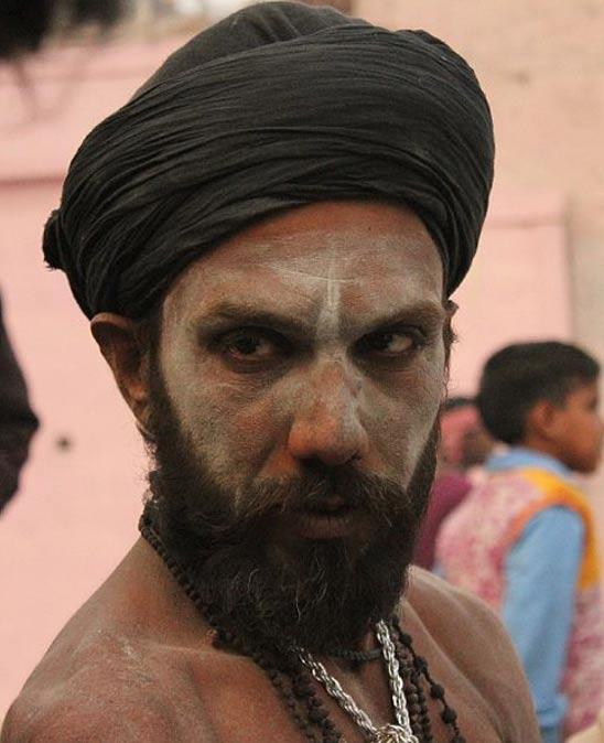 Un Aghori con la cara pintada con cenizas humanas en Varanasi, India.