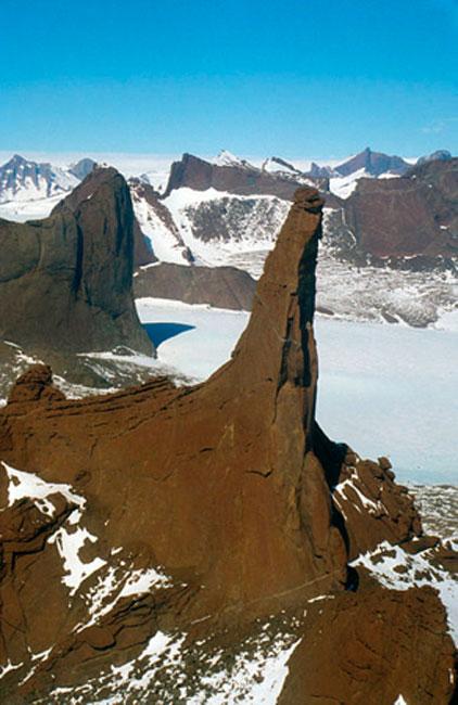 Ago di roccia charnockitica, Holtedahlfjella settentrionale (Monti Kurze), Queen Maud Land, fotografia aerea in direzione SSE.