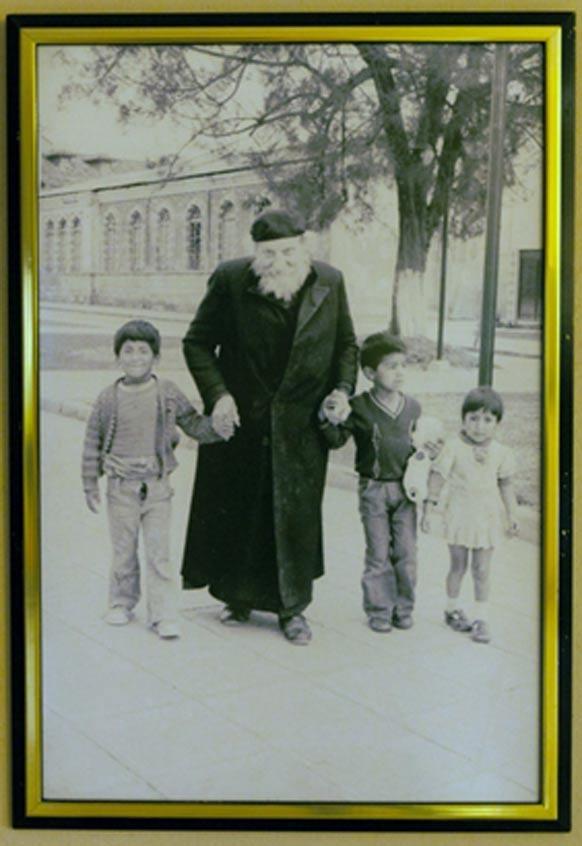 Fotografía del padre Crespi con algunos niños de la localidad. Crespi Museo de la Universidad Politécnica Salesiana.