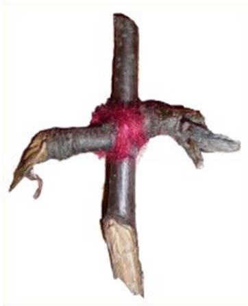 Un Rowan albero croce originario della Scozia, donata al museo nel 1893 ma risalente molto prima.