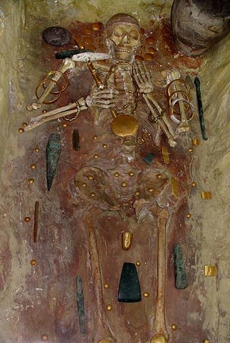 Una tumba de la necrópolis de Varna en Bulgaria (alrededor del año 4600 aC) contiene joyas de oro más antiguo del mundo descubierto hasta la fecha.