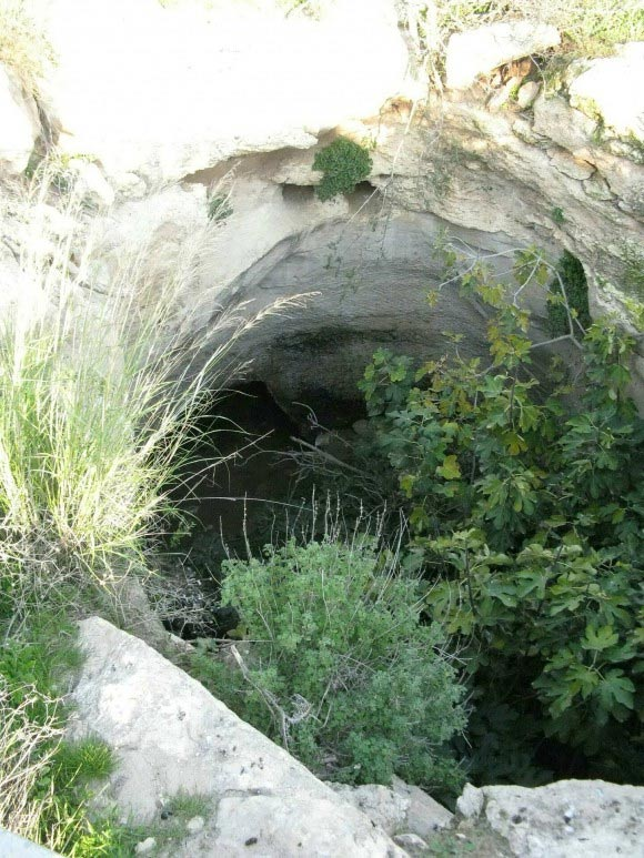 Una entrada del subterráneo en Hurvat Burgin en la reserva natural Grove Adulam en Israel.
