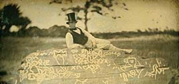 Un 1853 imagen invertida de Seth Eastman (conocido por documentar la vida del nativo americano en la década de 1800) en la parte superior de la roca conocida como Dighton Rock.