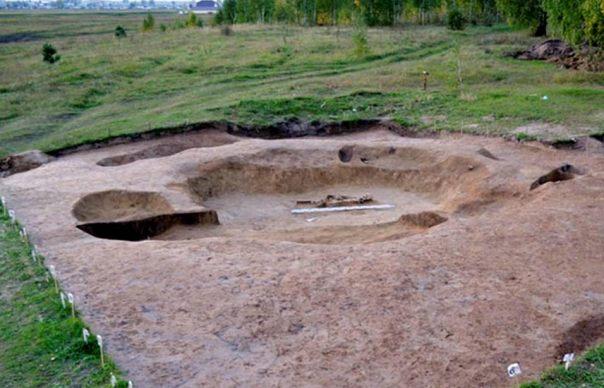 Es una suposición justo decir, ya que este hecho demuestra que los túmulos funerarios surgieron mucho antes de la edad de bronce, en el Neolítico.