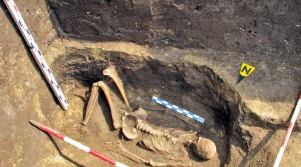 Esqueleto de un gigante encontrado en Rumania.