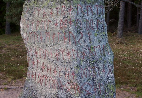 Detalle de la inscripción rúnica encuentra en el 6to o 7mo siglo Björketorp Runestone situado en Blekinge, Suecia