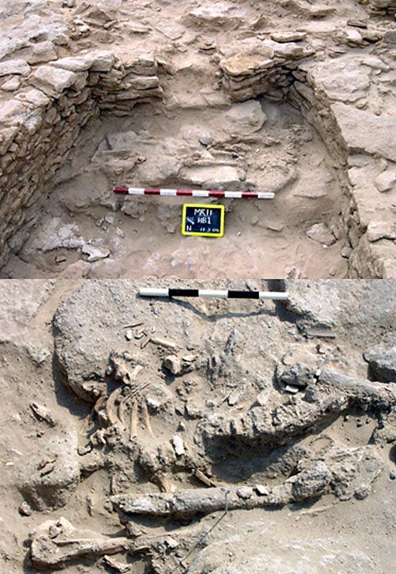 Un esqueleto humano que fue encontrado en 2004 fue colocado en una plataforma de piedra en el extremo sur de una habitación.  (Arriba) Detalle del esqueleto.  (Fondo)
